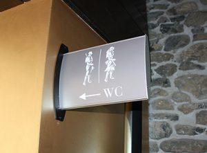 07B Senyalització corporativa banderola paret restaurant