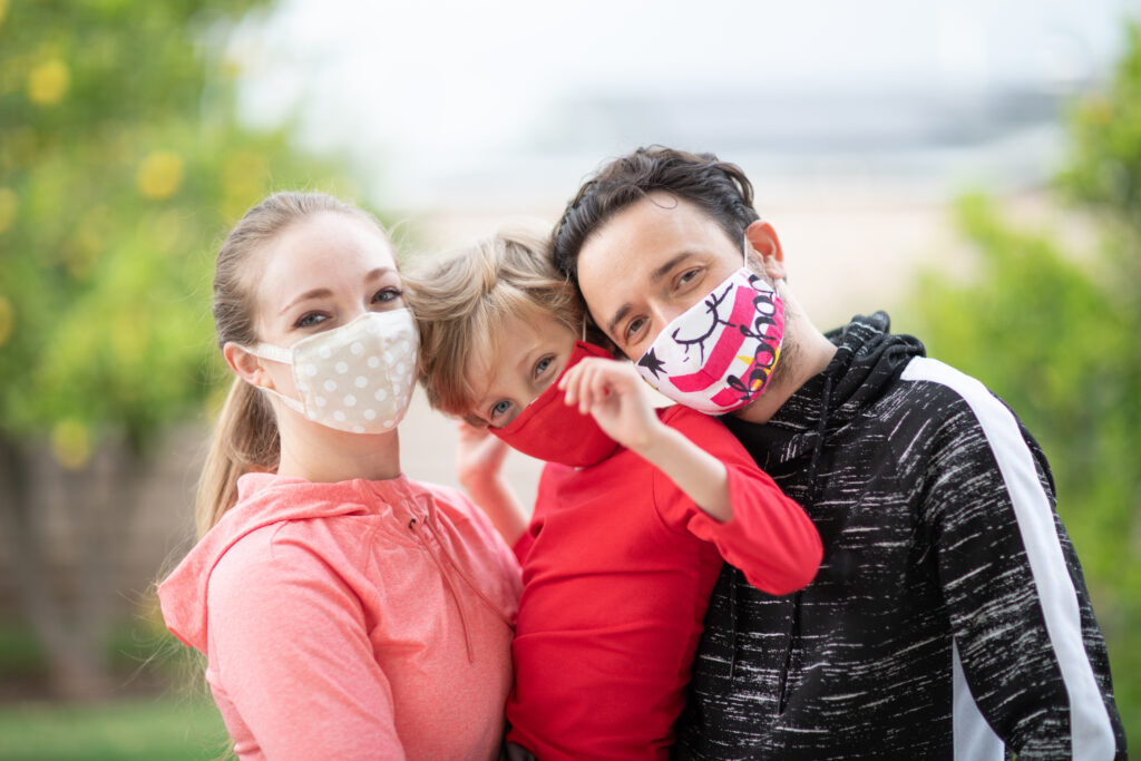 Amigos con mascarilla guantes y mascarillas GRAFICSER