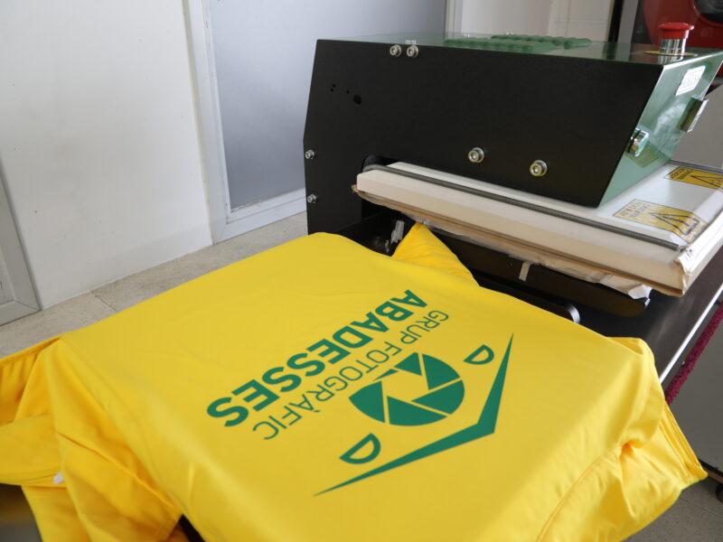 camiseta en proceso de estampacion estampacion por sublimacion Graficser